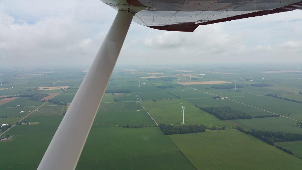 Une bonne partie du voyage s'est fait à basse altitude. Ça permet d'admirer différemment le paysage. Au-dessus d'une ferme d'éoliennes.