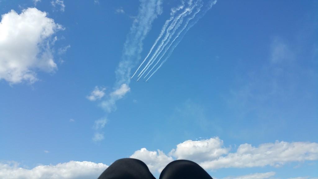 Un après-midi à regarder le spectacle aérien à partir du campement, confortablement coucher dans l'herbe.